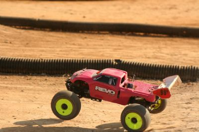 Monster truck RC rojo tierra.
